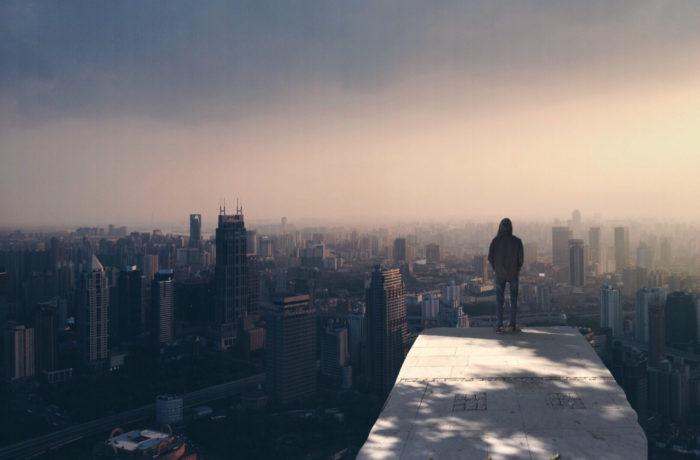 Mężczyzna wpatrujący się w horyzont miasta