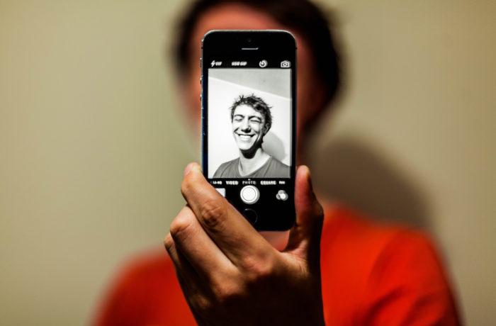 Mężczyzna robiący sobie selfie - wybór zdjęcia na profil randkowy