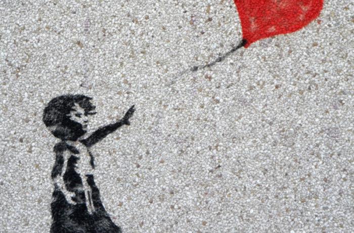 Grafika na murze - dziewczynka puszczająca balon