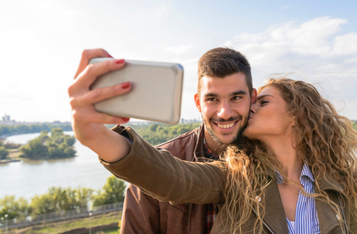 Para robiąca sobie selfie - prezentacja związku