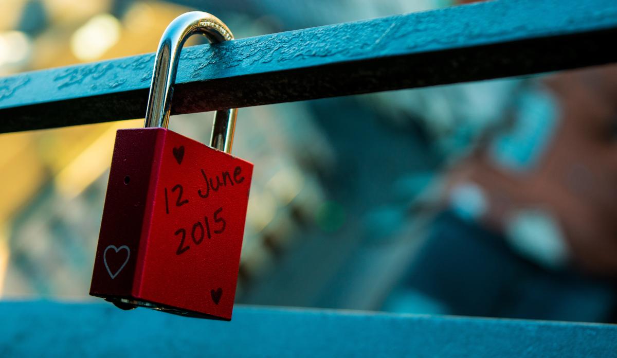 Kłódka z imionami i datą zawieszona na moście - przewidywanie trwałości związków