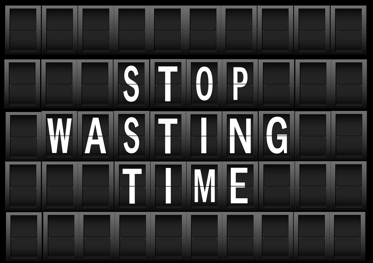 """Napis w języku angielskim """"Przestań marnować czas"""""""